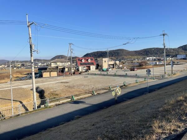 橋の西側:〒675-0052 兵庫県加古川市東神吉町出河原
